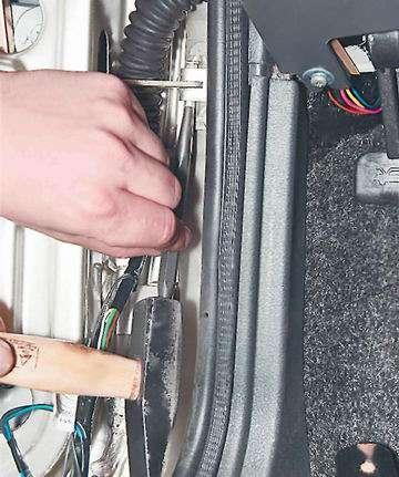 Как снять и установить ограничитель открывания двери ВАЗ 2114